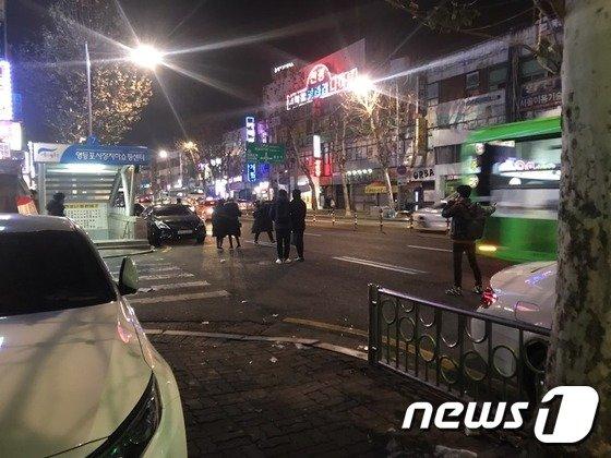 지난해 12월 25일 영등포시장 앞 차도에서 시민들이 택시를 잡고 있다.2017.12.25/뉴스1© News1 류석우 기자