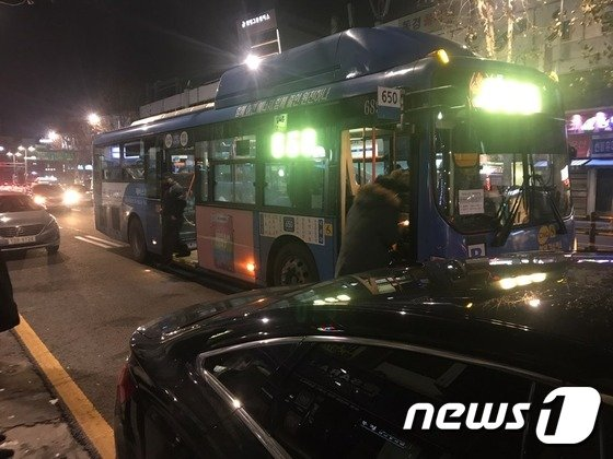 지난해 12월 25일 영등포시장역에서 시민들이 버스에 승하차 하고 있다.2017.12.25/뉴스1© News1 류석우 기자