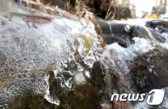 [사진]매서운 한파에 얼어붙은 청계천
