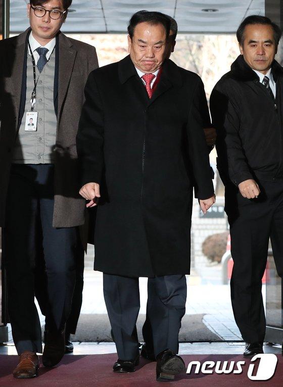 [사진]영장심사 받은 이우현 의원 '굳은 표정으로'