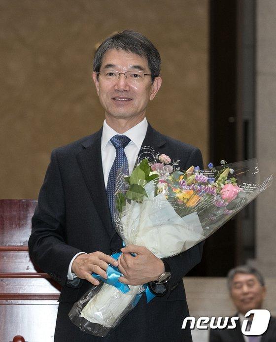 [사진]꽃을 든 안철상 신임 대법관