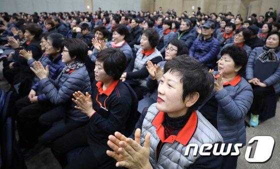 [사진]박수치는 정부 정규직 근로자들