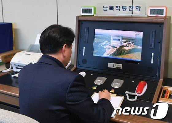 [사진]북측 연락 기다리는 통일부 연락관