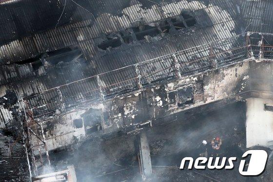 [사진]새까맣게 타버린 서교동 화재현장