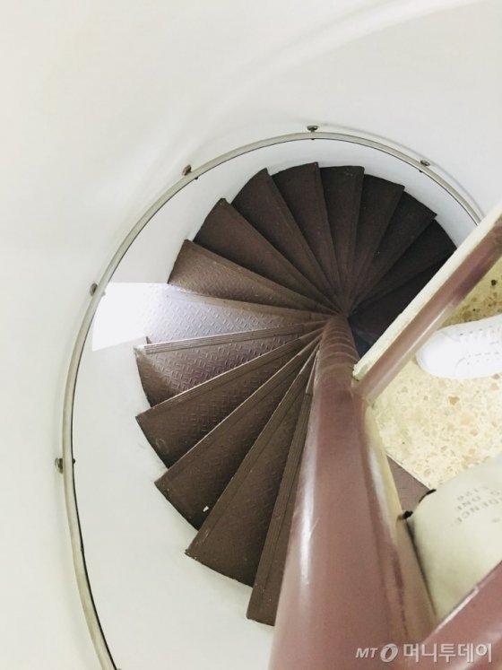 1층에서 곧바로 5층까지 연결된 나선형 계단. 이곳을 통해 조사실로 도착한 피조사자가 자신이 몇층에 있는지도 알수없어 공포를 느끼도록 설계됐다. /사진=남궁민 기자