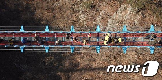[사진]'상공 100m' 아찔한 소금산 출렁다리