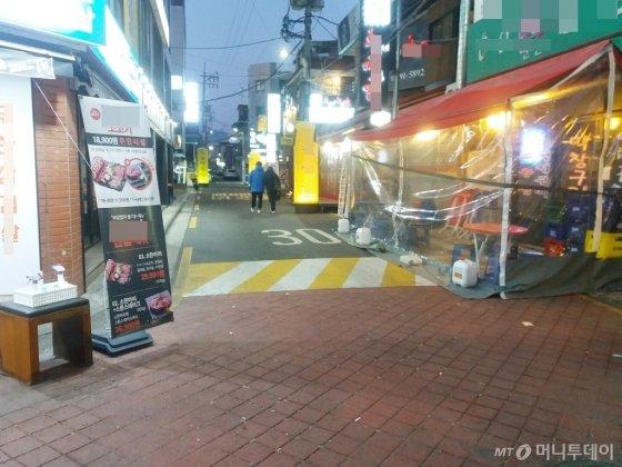 이달 5일 서울 수유동 먹자골목. 음식점들의 비닐천막과 입간판이 도로를 점유했다./사진=박치현 기자