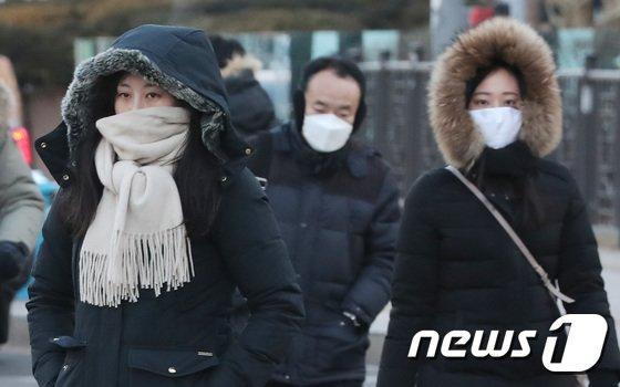 [사진]'오늘 가장 춥다' 출근길 재촉하는 시민들
