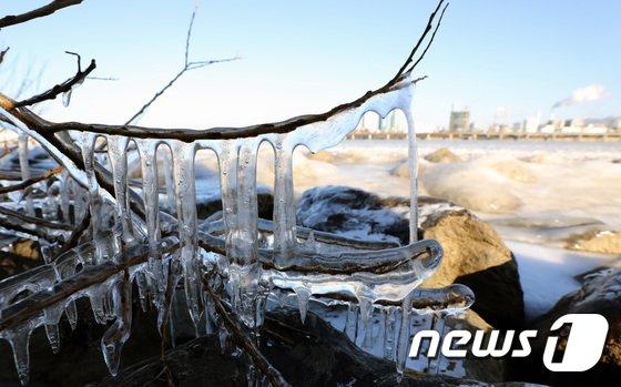 [사진]'한파가 집어삼킨 한강... 꽁꽁 얼었다'