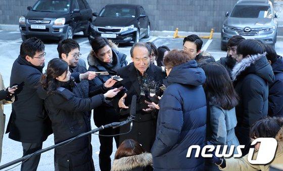 [사진]박승춘 전 국가보훈처장에게 쏠린 관심