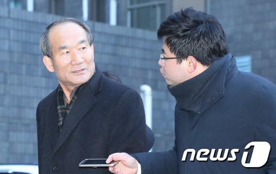 [사진]취재진 바라보는 박승춘 전 국가보훈처장