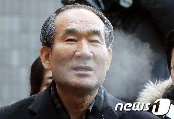 [사진]입김 내뿜는 박승춘 전 국가보훈처장