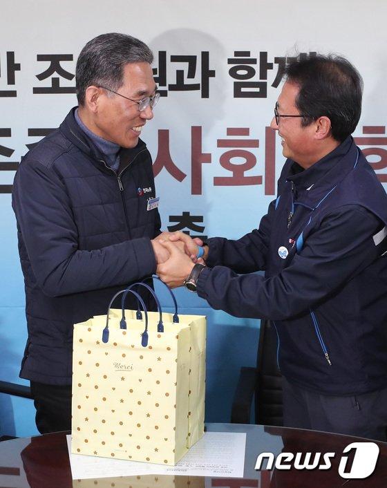 [사진]손 잡은 한국노총-민주노총 위원장