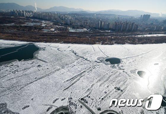 [사진]얼어붙은 한강과 연기 뿜는 도심