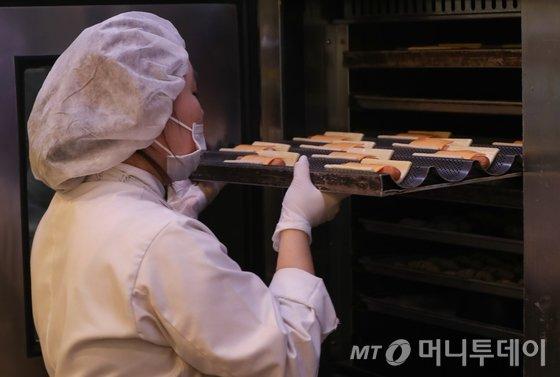 서울 시내 파리바게뜨 한 매장에서 제빵사가 빵을 굽고 있다. 사진=뉴스1