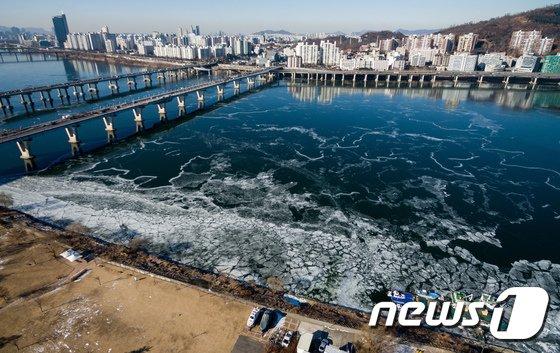 [사진]이어지는 한파에 얼어붙는 한강