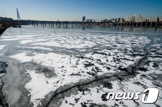 [사진]올 겨울 최강 추위에 한강도 꽁꽁