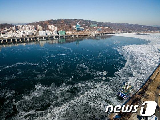 [사진]최강 한파에 '한강 꽁꽁'