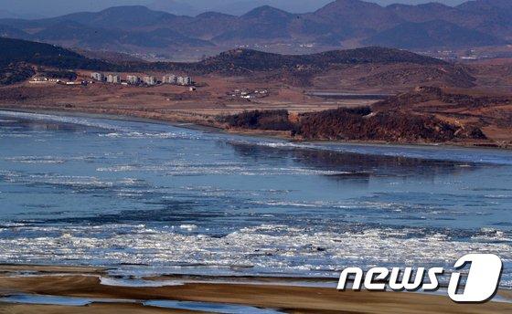 [사진]남북사이에 둔 임진강 꽁꽁