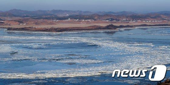 [사진]얼어붙은 임진강