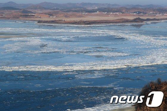 [사진]임진강이 얼어 빙판으로 연결된 남과 북