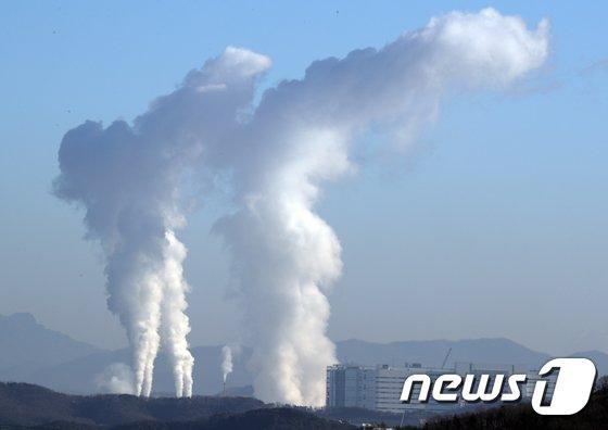 [사진]발전량 증가로 하늘로 치솟는 수증기