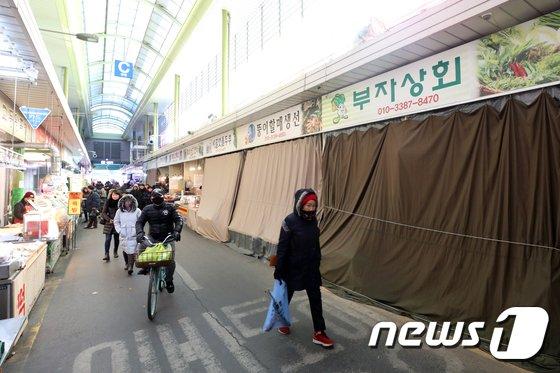 [사진]한파에 얼어붙은 전통시장 경기
