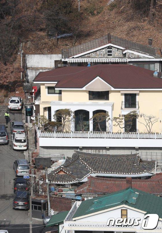 [사진]법원, '국정원 뇌물' 박근혜 전 대통령 재산 동결