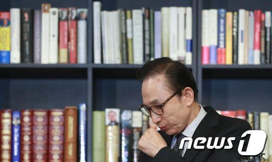 [사진]기침하는 이명박 전 대통령