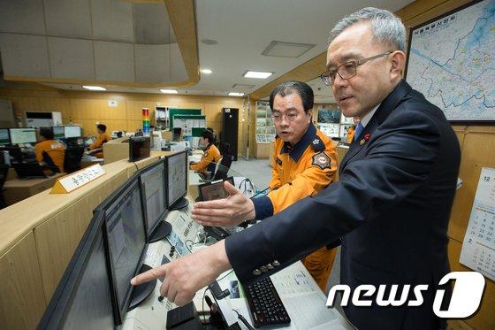 [사진]종합상황실 근무환경 살피는 김판석 처장