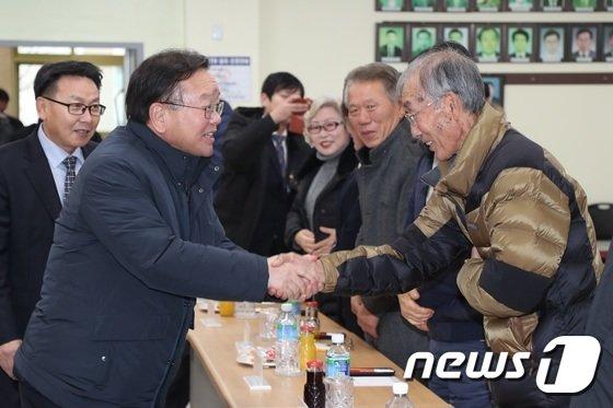 [사진]연평도 주민 격려하는 김부겸 장관