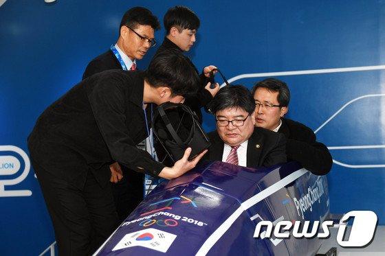 [사진]김용진 차관 'VR 봅슬레이 기술 체험'