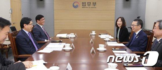 [사진]박상기 법무부 장관, 김현 대한변호사협회장 면담