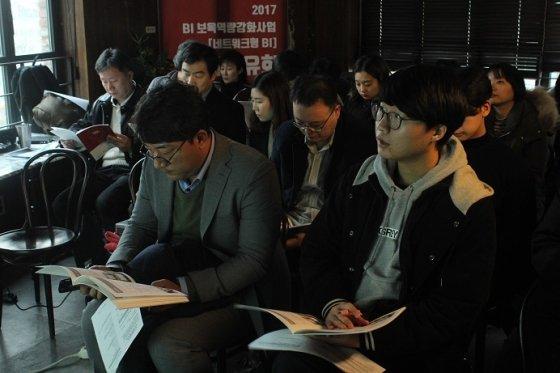 입주기업 대표자들이 숭실대-서강대-연세대 창업지원단 사업 성과 발표를 집중해서 듣고 있다.