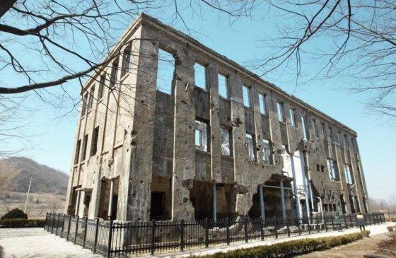 전쟁의 상흔이 그대로 남아있는 조선노동당 철원군 당사 건물/사진=이호준 여행작가