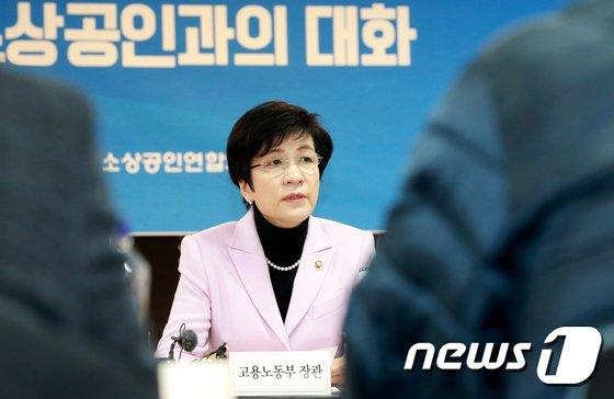 [사진]김영주 고용노동부 장관, 소상공인들과 대화