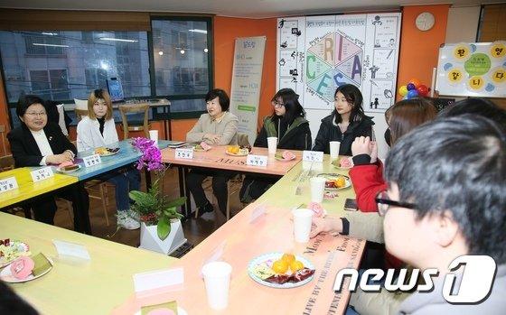 [사진]학교밖 청소년들과 대화 나누는 정현백 여성가족부 장관