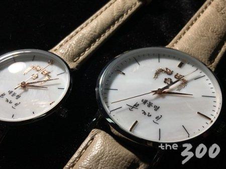 문재인 대통령은 자신의 친필 서명이 새겨진 시계를  생일 선물로 받았다./사진=뉴스1