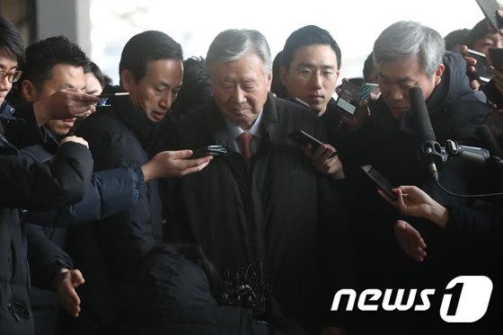 [사진]고개숙인 이중근 부영 회장 '검찰 출석'