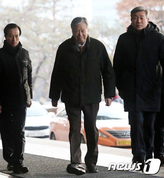 [사진]3차 소환 끝에 출석하는 이중근 부영 회장