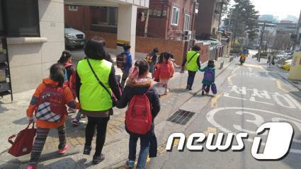 금천구 초등학생 등하교 교통안전지도사 활동 모습.(금천구 제공)© News1
