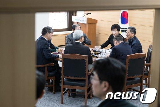 [사진]원탁 둘러앉은 노사정 대표자들