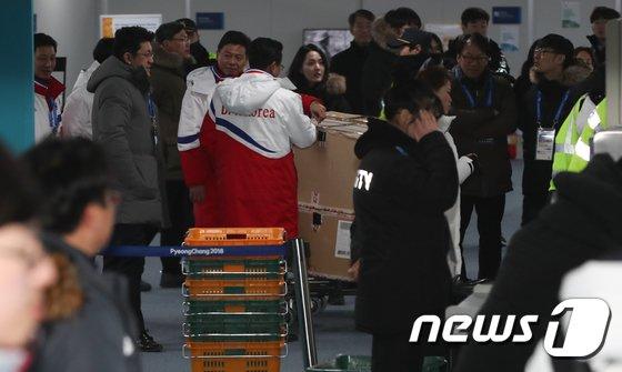 [사진]남북 하키 단일팀 '새벽에 선수촌 도착'