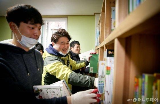 코웨이 블루버드가 아동센터 도서관의 서재를 정리하고 있다./사진제공=코웨이
