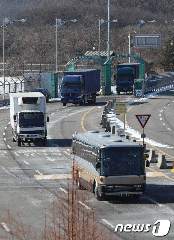 [사진]北 예술단 선발대 23명 경의선 육로로 방남