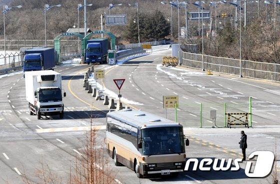 [사진]북측 예술단 선발대, 경의선 육로로 입경
