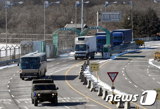 [사진]北예술단 선발대, 악기 등 준비해 '입경'