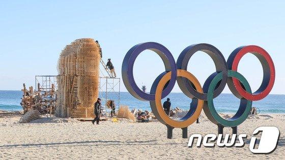 올림픽을 상징하는 오륜기 조형물이 설치된 강원 강릉시 경포해변. /뉴스1DB © News1 고재교 기자