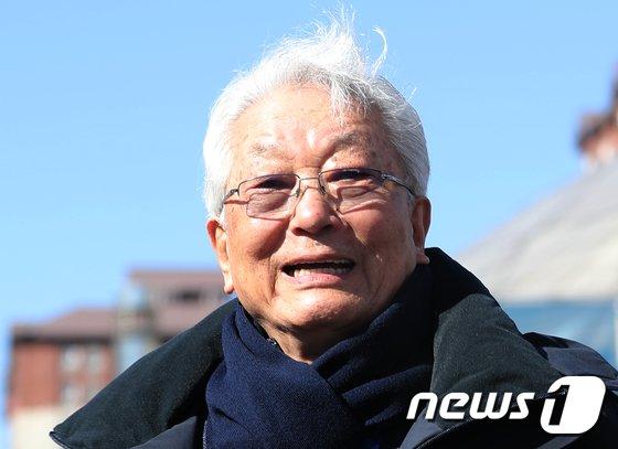[사진]밝은 표정으로 평창선수촌 나서는 장웅 북한 IOC 위원
