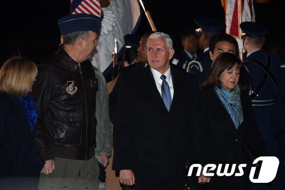 펜스 부통령과 부인 카렌 여사가 6일 밤 일본 요코타 공군기지에 도착했다. © AFP=뉴스1